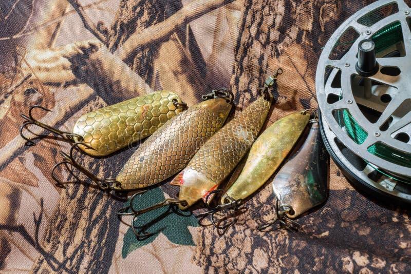 O carretel da pesca da inércia com a URSS velha de oscilação seduz foto de stock royalty free