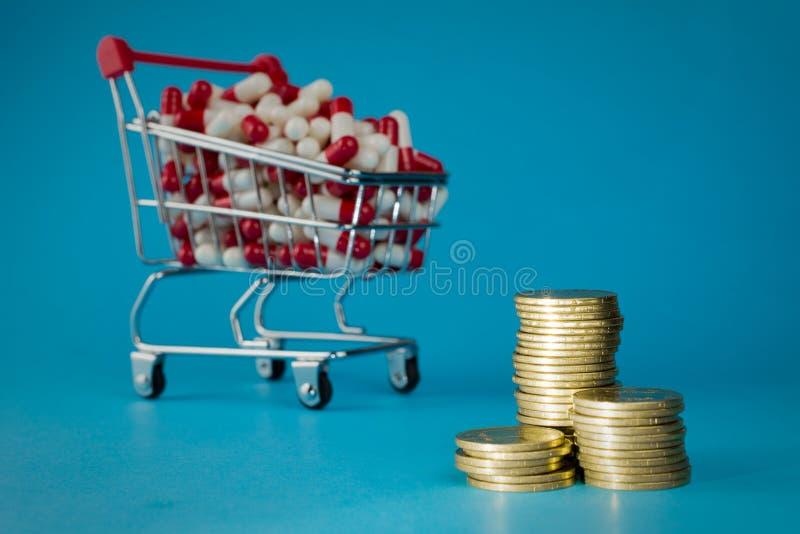 O carrinho de compras encheu cápsulas medicinais vermelhas foto de stock