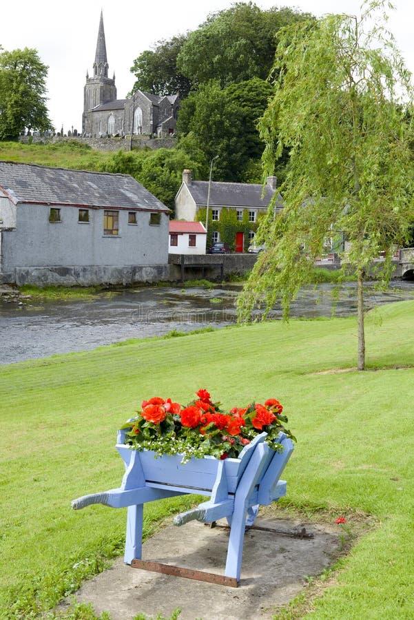 O carrinho de mão de roda floresce no parque e na igreja do castletownroche imagens de stock