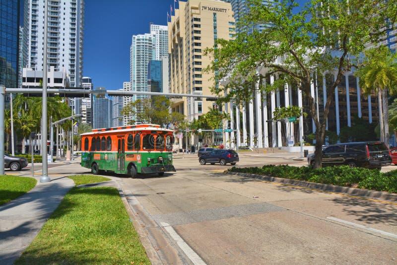 O carrinho verde no trânsito na rua Downtown Miami fotografia de stock