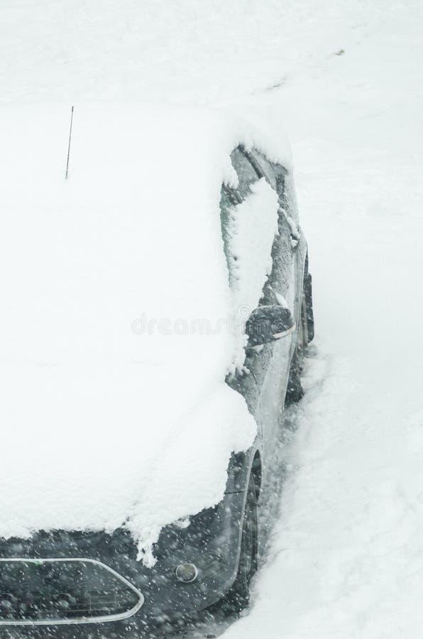 O carro é coberto com a neve, ciclone da neve, blizzard tempestade foto de stock