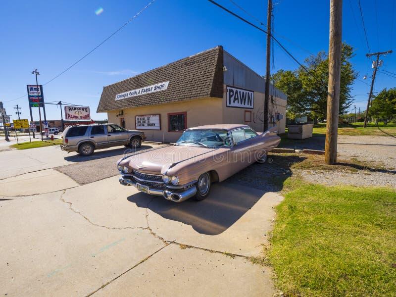 O carro americano clássico do Oldtimer gosta de Cadillac cor-de-rosa em Route 66 STROUD - OKLAHOMA - 16 de outubro de 2017 imagem de stock