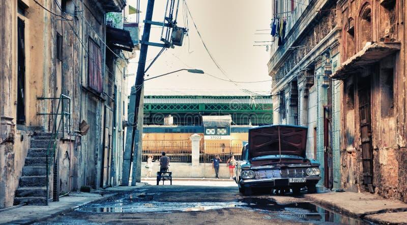 O carro americano clássico do vintage estacionou na rua de havana com imagem de stock