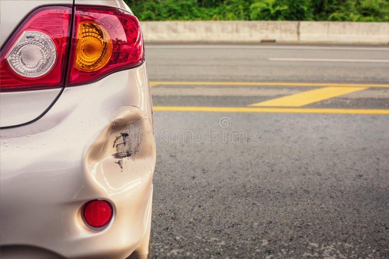 O carro amolgou o acidente danificado do amortecedor traseiro foto de stock royalty free