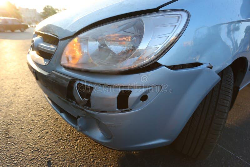 O carro azul após o acidente fotos de stock