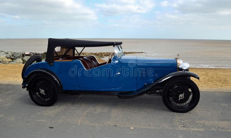 O carro azul clássico de Alvis Motor estacionou no passeio da frente marítima foto de stock