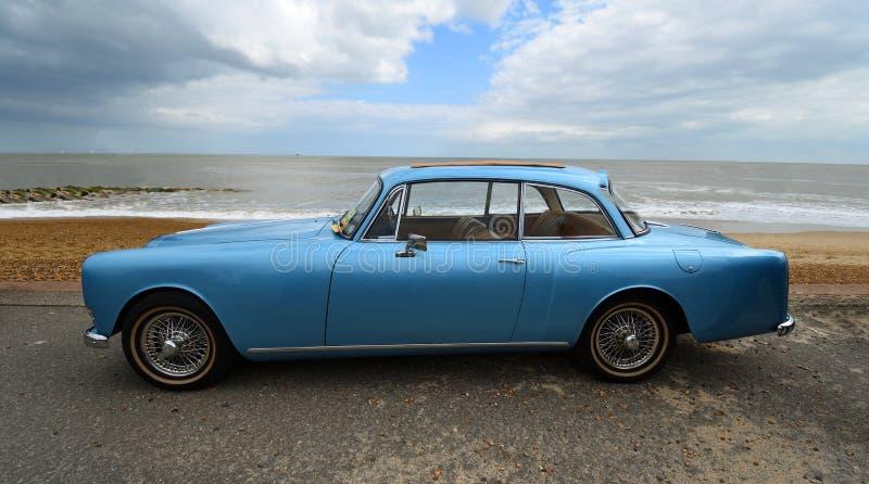 O carro azul cl?ssico de Alvis Motor estacionou no passeio da frente mar?tima foto de stock
