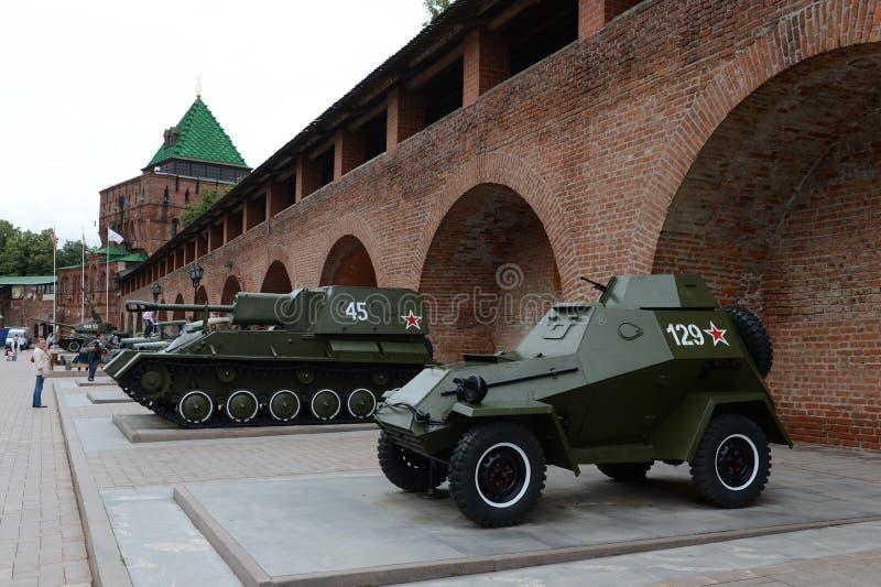 O carro blindado BA-64 e a artilharia automotora montam SU-76 exposição do equipamento militar no Kremlin de Nizhny Novgorod imagem de stock