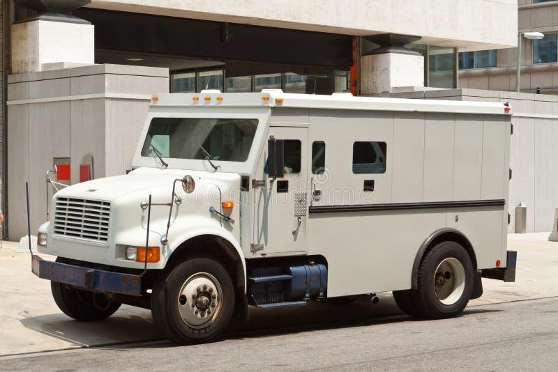 O carro blindado blindado estacionou no edifício da rua imagens de stock