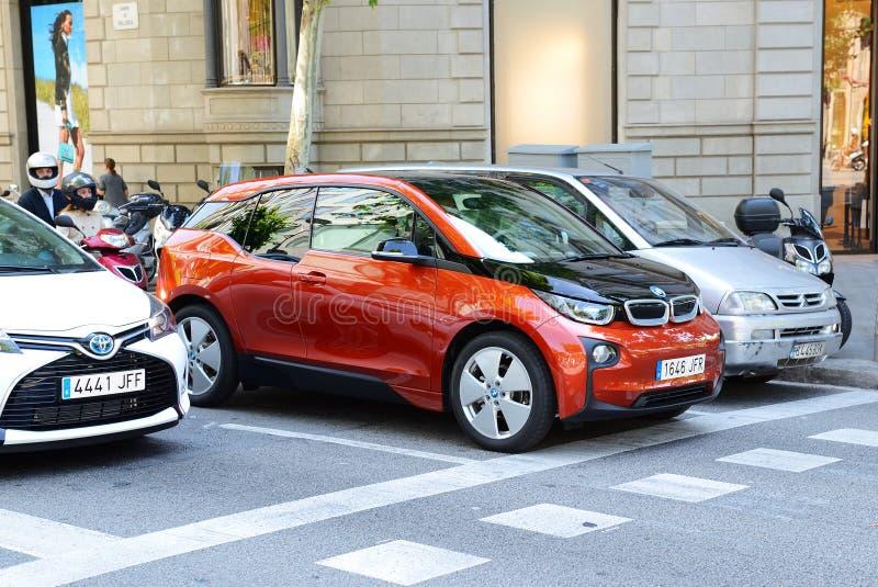 O carro bonde de BMW i3 está na rua da cidade de Barcelona fotografia de stock