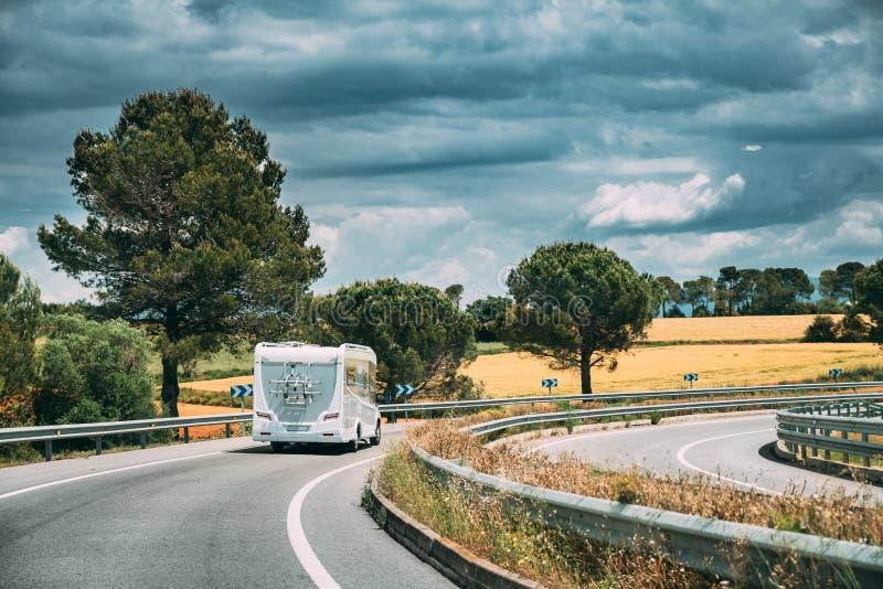 O carro branco de Motorhome da caravana vai na estrada da estrada fotografia de stock royalty free