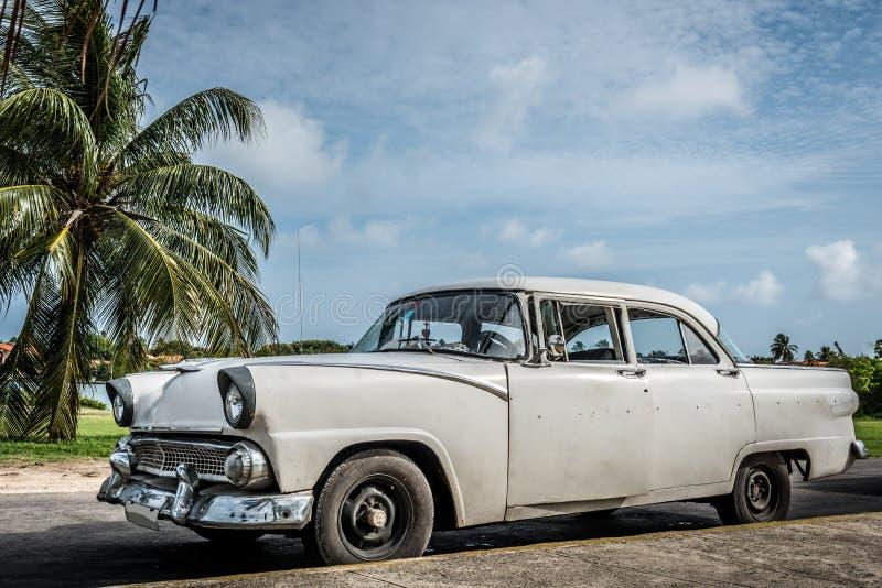 O carro clássico americano branco de HDR Cuba estacionou sob o céu azul em varadero fotografia de stock royalty free