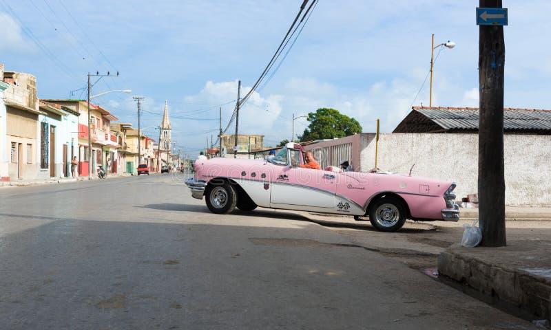 O carro clássico americano cor-de-rosa de Cuba conduz na rua em Varadero imagens de stock