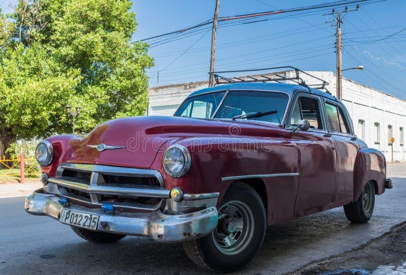 O carro clássico americano vermelho estacionou na rua em Santa Clara Cuba imagem de stock