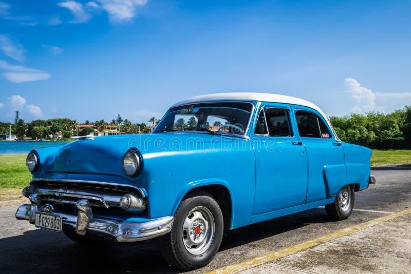 O carro clássico de HDR estacionou sob o céu azul na casa de campo Clara Cuba fotos de stock