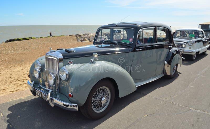 O carro clássico do motor de Alvis Grey Lady estacionou no passeio da frente marítima fotografia de stock