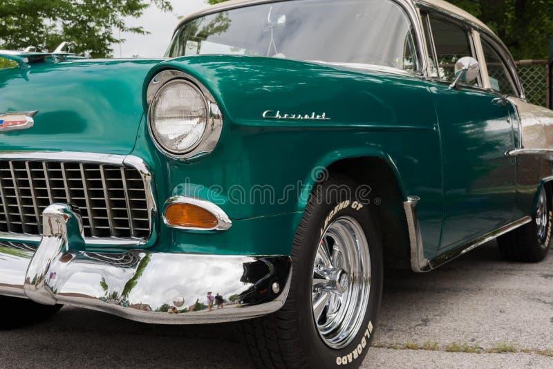 O carro clássico dois de Chevy tonifica o verde e o branco foto de stock royalty free