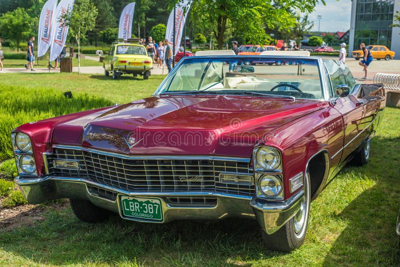 O carro convertível vermelho clássico de Cadillac estacionou fotos de stock royalty free