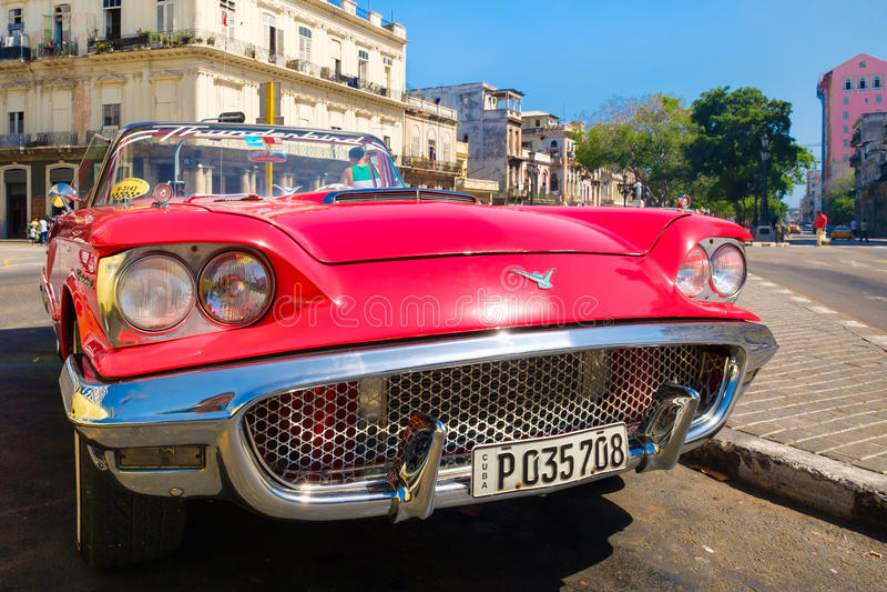 O carro convertível vermelho de Ford Thunderbird do vintage estacionou em Havana velho fotografia de stock