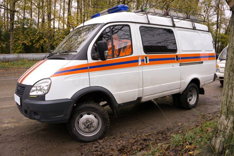 O carro da ambulância está no parque de estacionamento significa cuidados médicos da emergência imagens de stock