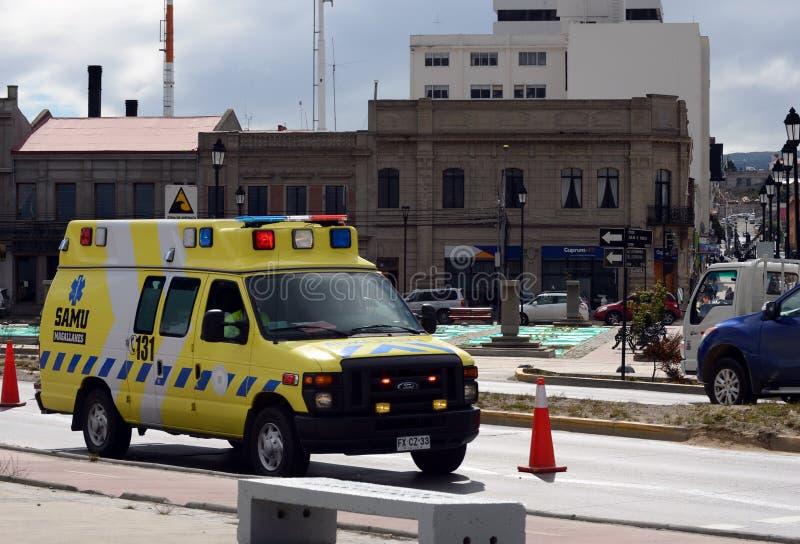 O carro da ambulância nas ruas de Punta Arenas imagens de stock royalty free