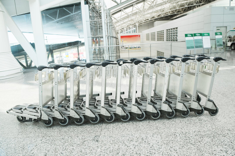 O carro da bagagem no aeroporto fotos de stock