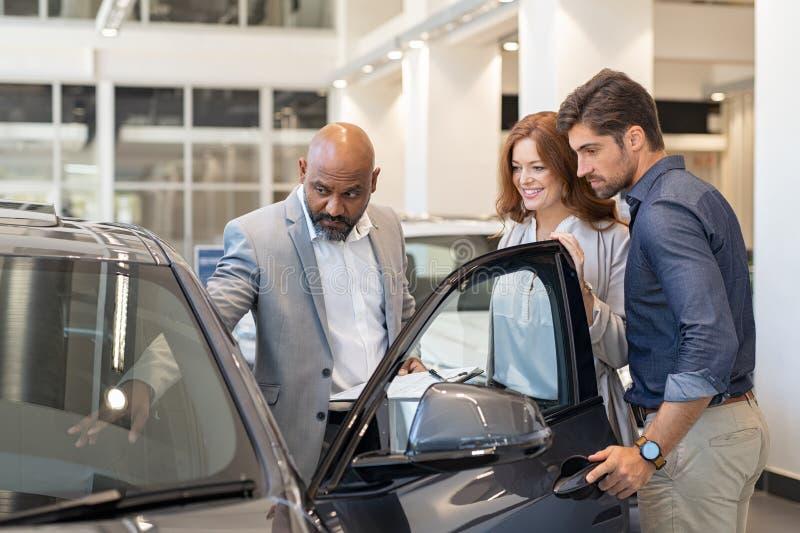 O carro da exibição do vendedor caracteriza para acoplar-se imagem de stock royalty free