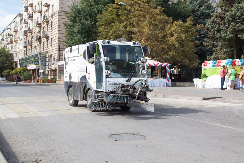 O carro da lixo-eliminação vai na estrada fotos de stock