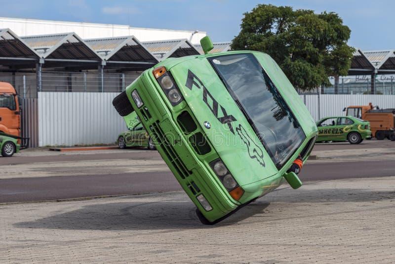 O carro de BMW monta lateralmente em duas rodas, em uma feira automóvel na cidade de Halle Saale, Alemanha, 04 082019 imagens de stock