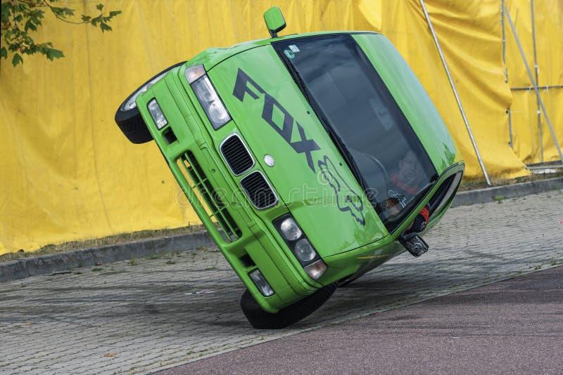 O carro de BMW monta lateralmente em duas rodas, em uma feira automóvel na cidade de Halle Saale, Alemanha, 04 082019 fotografia de stock royalty free