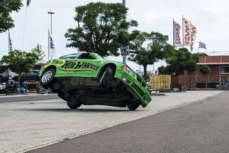 O carro de BMW monta lateralmente em duas rodas, em uma feira automóvel na cidade de Halle Saale, Alemanha, 04 082019 foto de stock