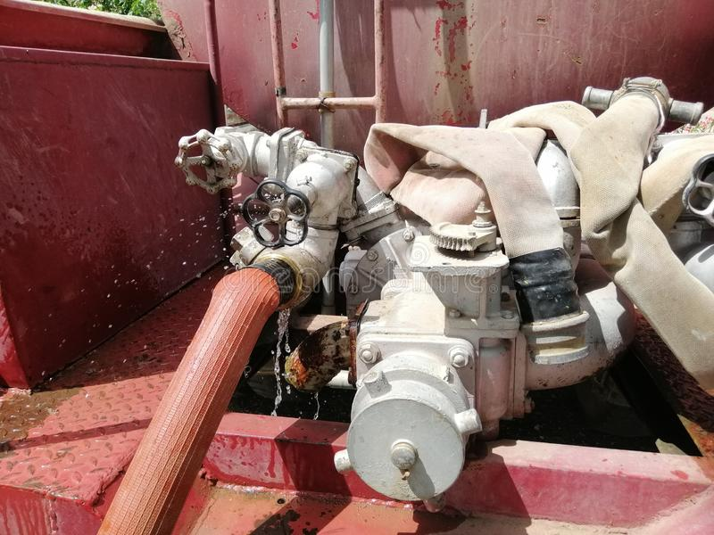 O carro de bombeiros da bomba de água está funcionando imagem de stock royalty free