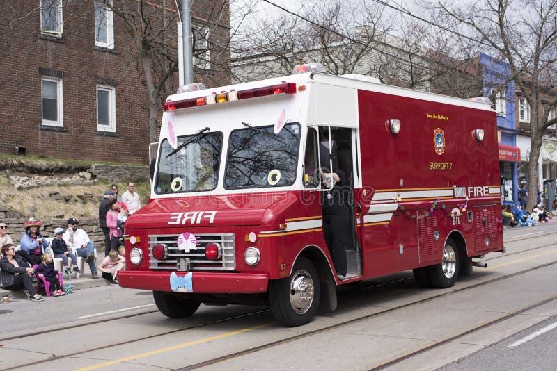 O carro de bombeiros do vintage decorado com orelhas, nariz e bowti do coelho fotos de stock