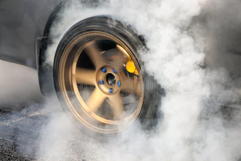 O carro de competência do arrasto queima pneus para a raça fotos de stock royalty free