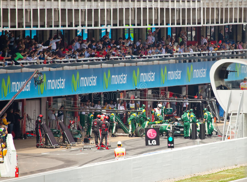 O carro de competência na garagem do aprisionamento durante Formula1 imagens de stock