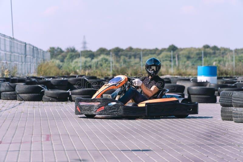 O carro de competência na trilha na ação, campeonato, esportes ativos, divertimento extremo, o motorista mantém suas mãos na roda imagens de stock