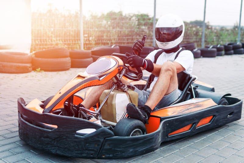 O carro de competência na trilha na ação, campeonato, esportes ativos, divertimento extremo, o motorista mantém suas mãos na roda imagem de stock royalty free