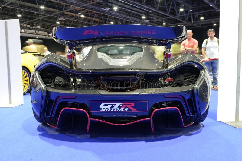 O carro de corridas de McLaren P1 está na exposição automóvel 2017 de Dubai fotos de stock royalty free