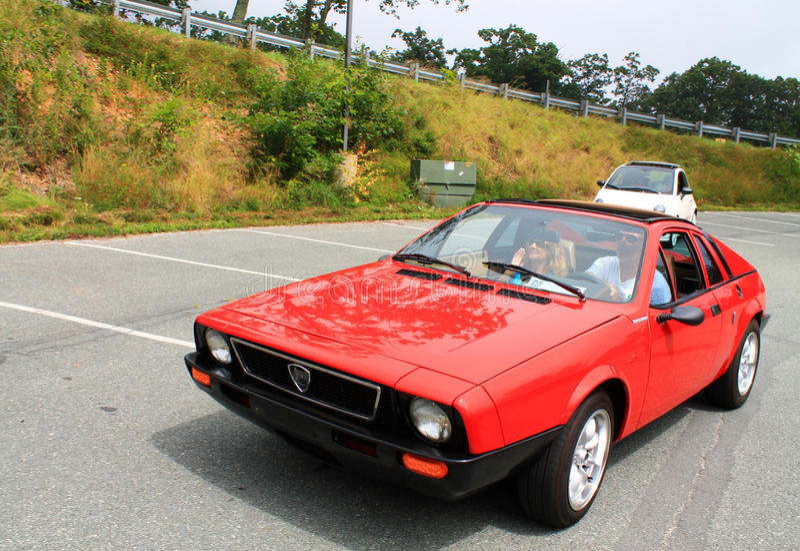 O carro de esportes italiano clássico seguiu pela autorização moderna 500 fotografia de stock