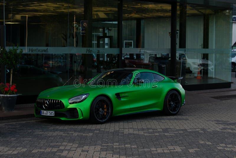 O carro de esportes Mercedes-AMG GT R no verde imagem de stock