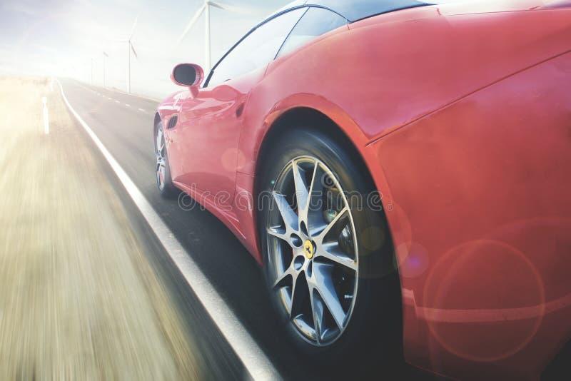 O carro de Ferrari está apressando-se na estrada imagens de stock royalty free