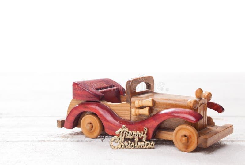 O carro de madeira retro com Feliz Natal assina, cartão de Natal Merr foto de stock