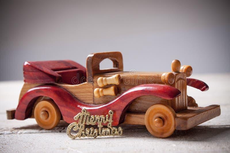 O carro de madeira retro com Feliz Natal assina, cartão de Natal Merr imagens de stock royalty free