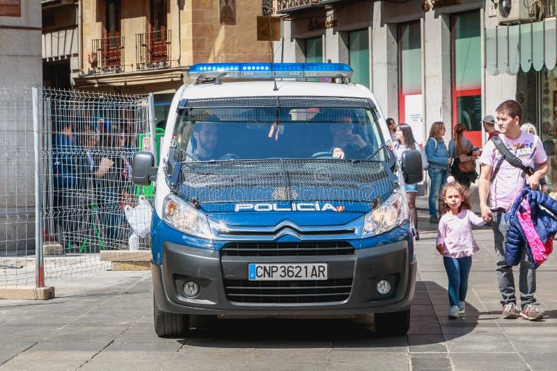 O carro de polícia espanhol monitora turistas em Toledo imagem de stock royalty free