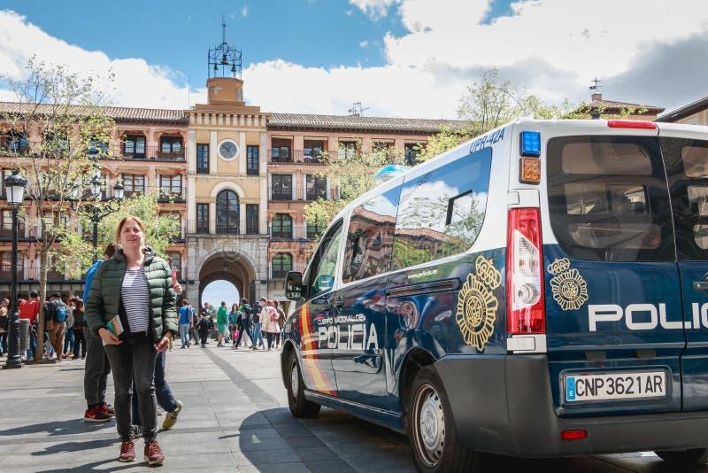 O carro de polícia espanhol monitora turistas em Toledo imagem de stock