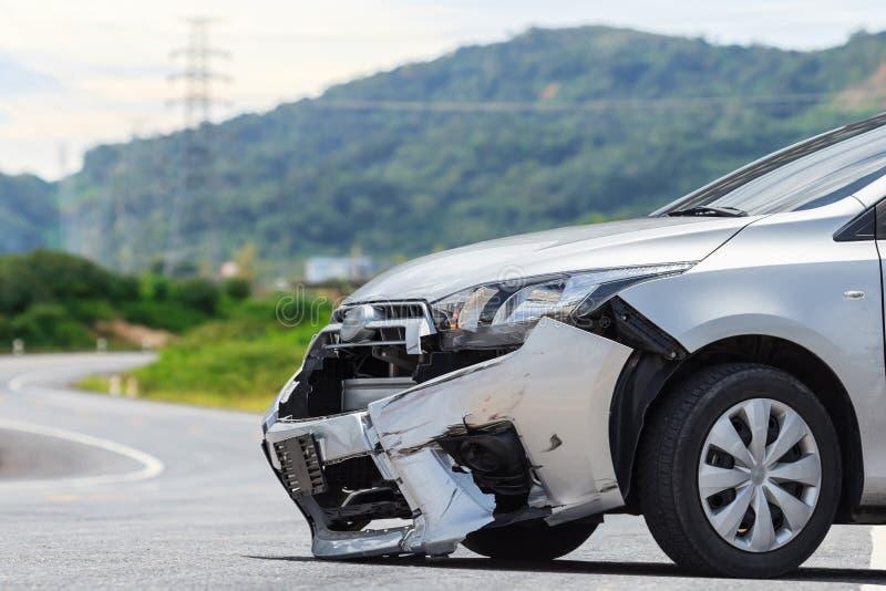 O carro de prata obtém danificado pelo acidente do impacto na estrada Reparo do carro foto de stock
