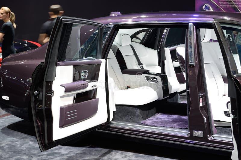 O carro de Rolls Royce Phantom está na exposição automóvel 2017 de Dubai imagens de stock