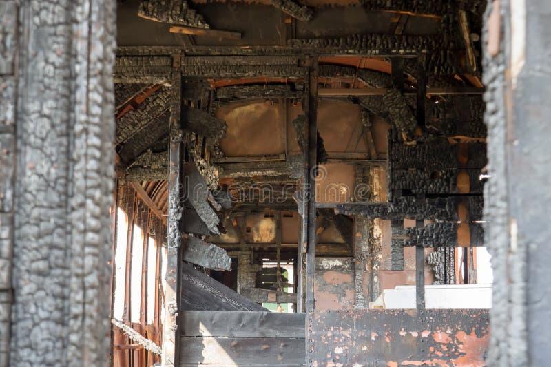 O carro de trem queimado do interior imagens de stock