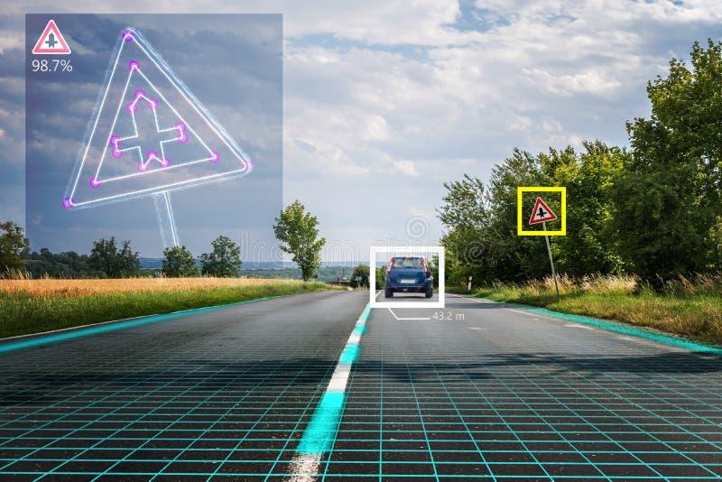 O carro decondução autônomo está reconhecendo sinais de estrada Visão de computador e conceito da inteligência artificial