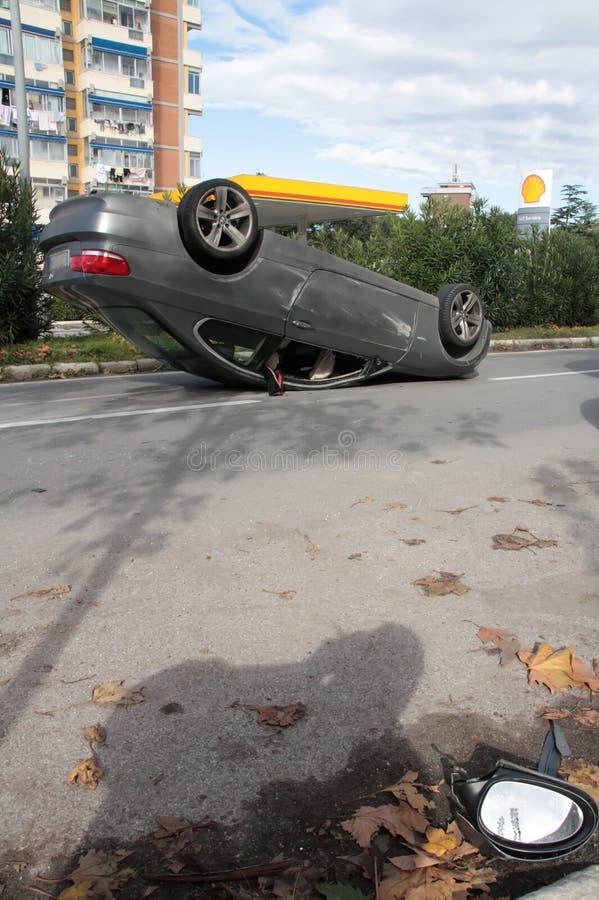 O carro do acidente virou no meio da estrada imagem de stock